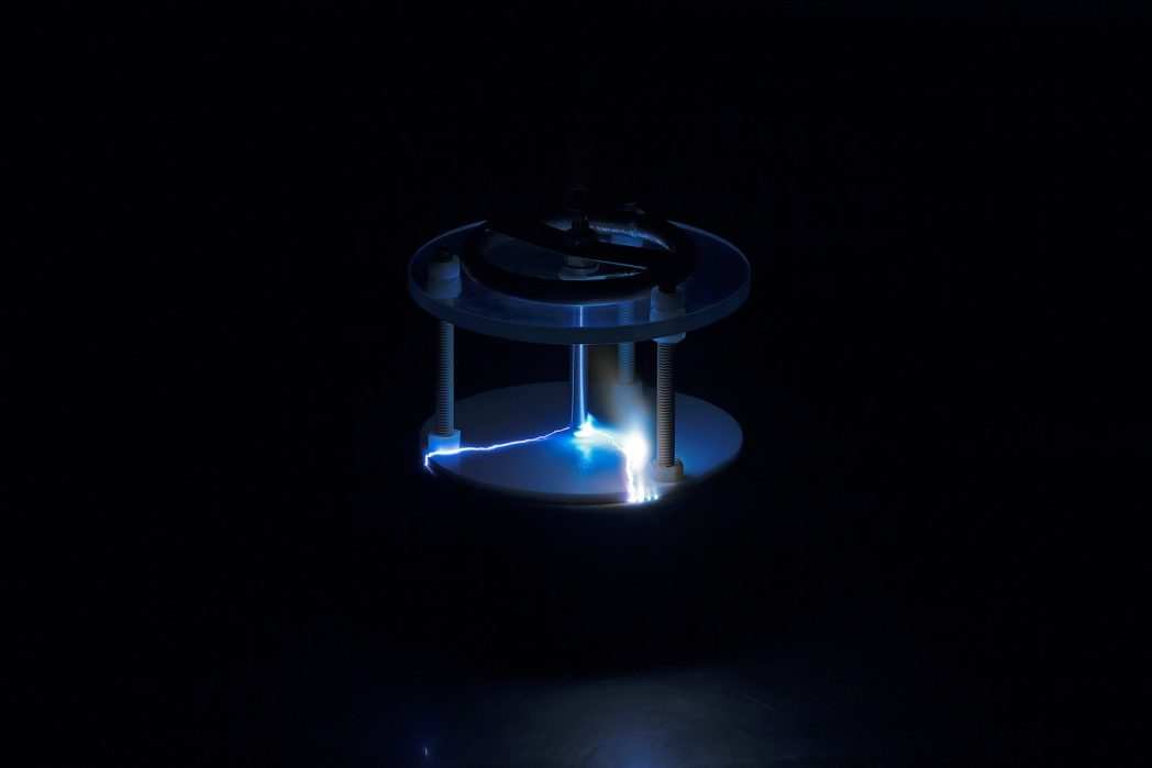 Fotoet viser elektriske utladninger i luft mot en isolerende overflate.