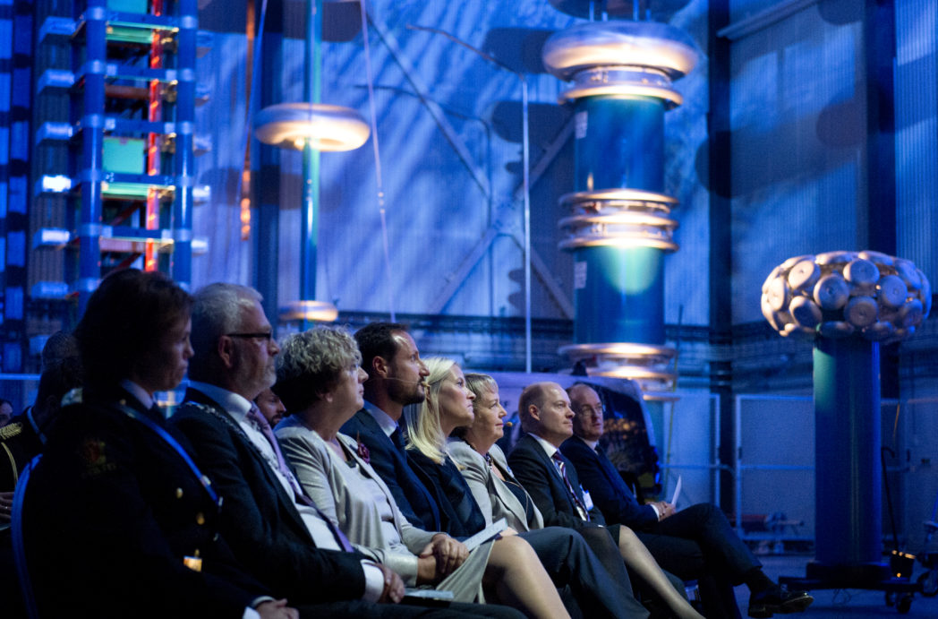Under åpningssermonien, fra venstre: varaordførerKnut Fagerbakke, konst. fylkesmann Brit Skjelbred, Kronprins Haakon, Kronprinsesse Mette-Marit, konsernsjef SINTEF Unni Steinsmo, adm. direktør SINTEF Energi Inge R. Gran og rektor NTNU Gunnar Bovim. Foto: SINTEF/Melhuus