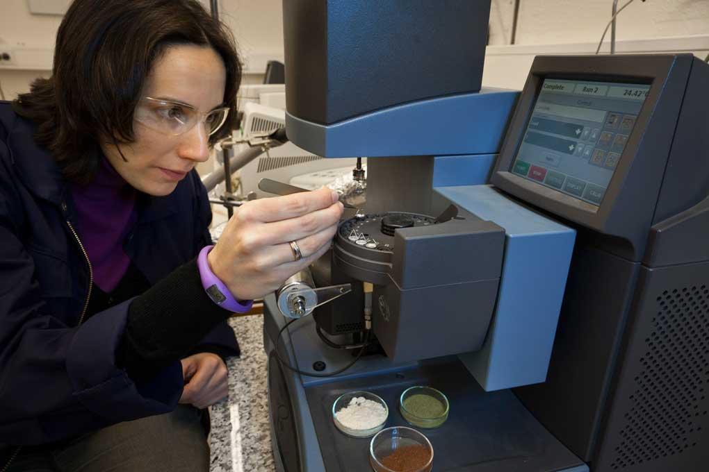 Her jobber Judit Sandquist på lab med TGA/ThermoGravimetric Analyzer. Den ser på vekttap på en prøve i forhold til temperatur og tid. Vi bruker det til å analysere biomasseråstoff og kullprodukter. Foto: Thor Nielsen