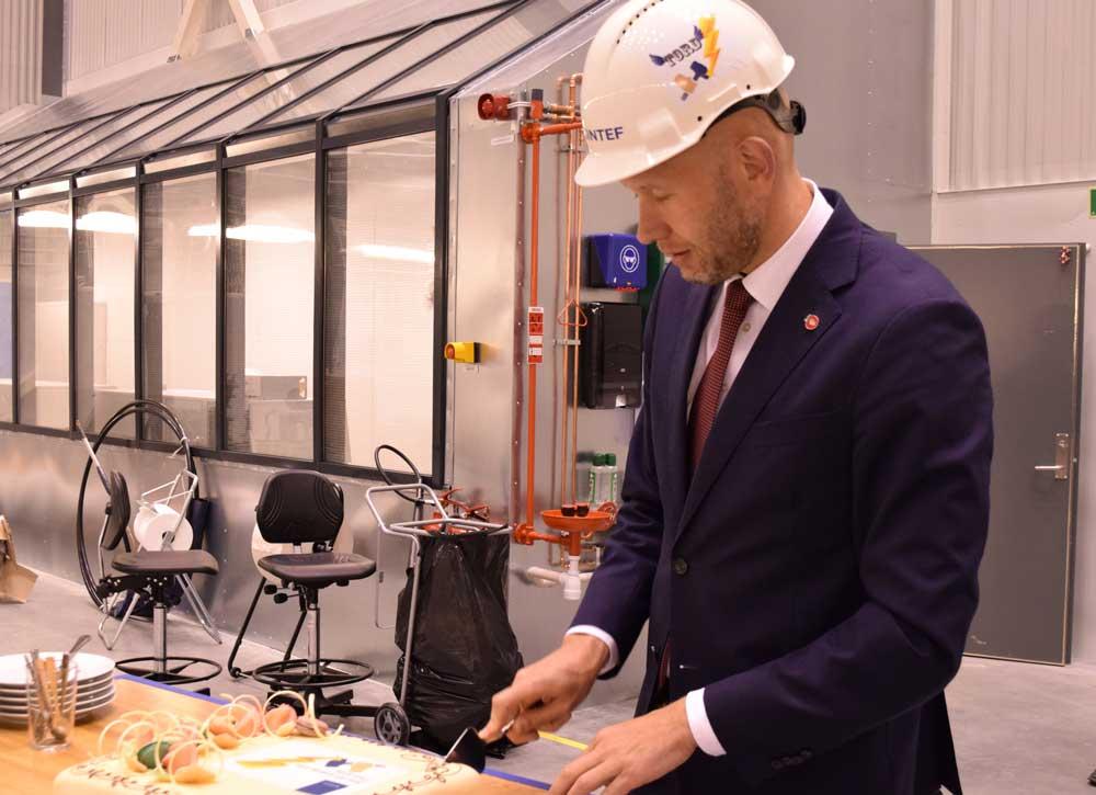 Ministeren i spesialtilpasset hjelm for anledningen.