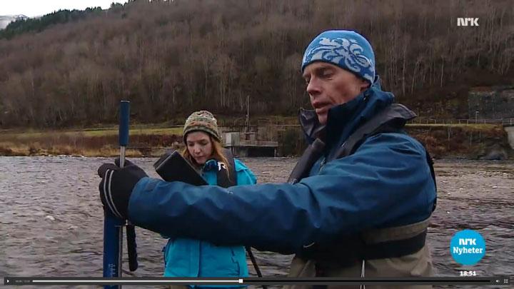 Atle Harby i ferd med å måle vannhastighet.