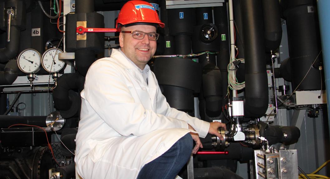 Industrien bruker i stor grad både olje- og gassfyring for å få opp temperaturen i mange industrielle prosesser. Nå har forskere altså klart å utvikle miljøvennlige løsninger som også gir et løft for bunnlinja. Her er forsker og prosjektleder Michael Bantle i et av SINTEFs energilaboratorier. Foto: SINTEF.