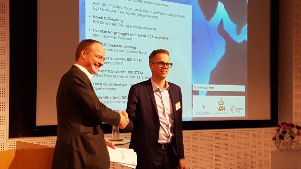 Standardene ble overrakt av administrerende direktør Jacob Mehus i Standard Norge til avdelingsdirektør Egil Meisingset i Olje- og Energidepartementet. Foto: Svend T. Munkejord.