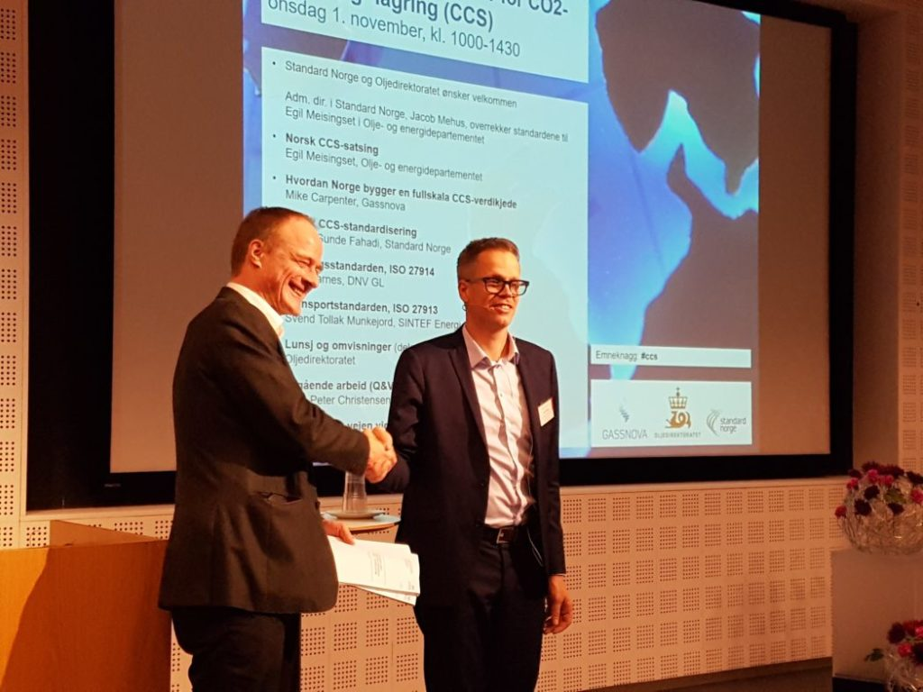 The standards were handed over by Managing Director Jacob Mehus of Standards Norway, to Head of Department Egil Meisingset from the Norwegian Ministry of Petroleum and Energy. Photo: Svend T. Munkejord.
