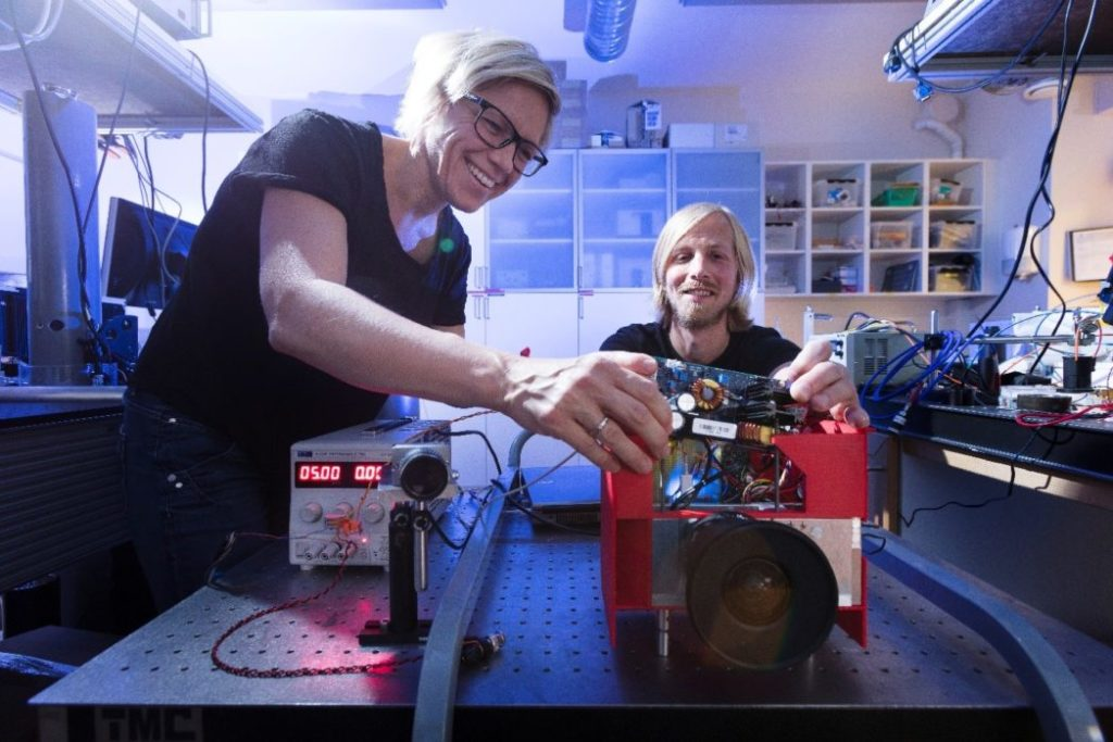 SINTEF Digital scientists are working on assembling the I3DS pattern projector. From the left; Trine Kirkhus and Jostein Thorstensen.