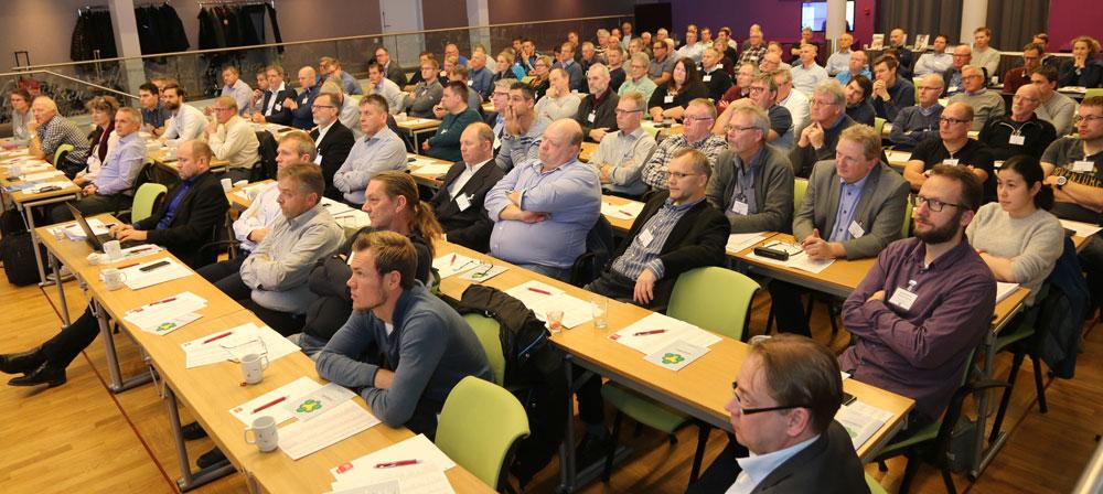 Den store forsamlingen av deltakere på brukermøtet fulgte nøye med.