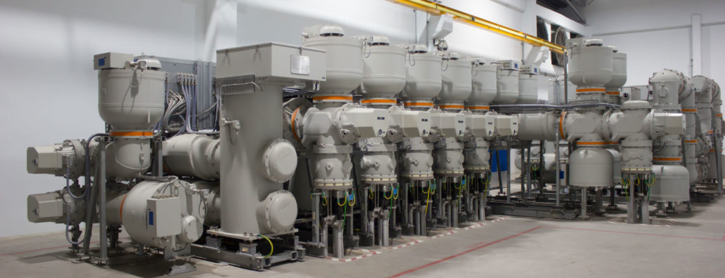 Et koblingsanlegg består av en rekke enkeltkomponenter installert nørt hverandre og forbundet sammen med kobber eller aluminiumsledere. Forskjellige typer komponenter (effektbrytere, sikringer, lastbryter og skillebrytere) anvendes til å endre nettet og /eller koble bort feil. Koblingsanlegg for de høyeste spenningene (145-420kV) forbinder typisk 3-10 kraftlinjer og transformatorer. I Norge finnes det i dag noen hunder koblingsanlegg på disse spenningene. Slike anlegg kan være luftisolerte eller SF6-isolerte (SF6-anlegg). Brukergruppen har registrert 159 slike anlegg blant sine medlemmer. På bildene er det eksempler på to slike SF6-anlegg, hvor alle komponenter er innelukket i gassrom. Dette gjør at SF6-anlegg tar vesentlig mindre plass enn luftisolerte anlegg og egner seg på steder med begrenset plass, typisk i byer og tettsteder.