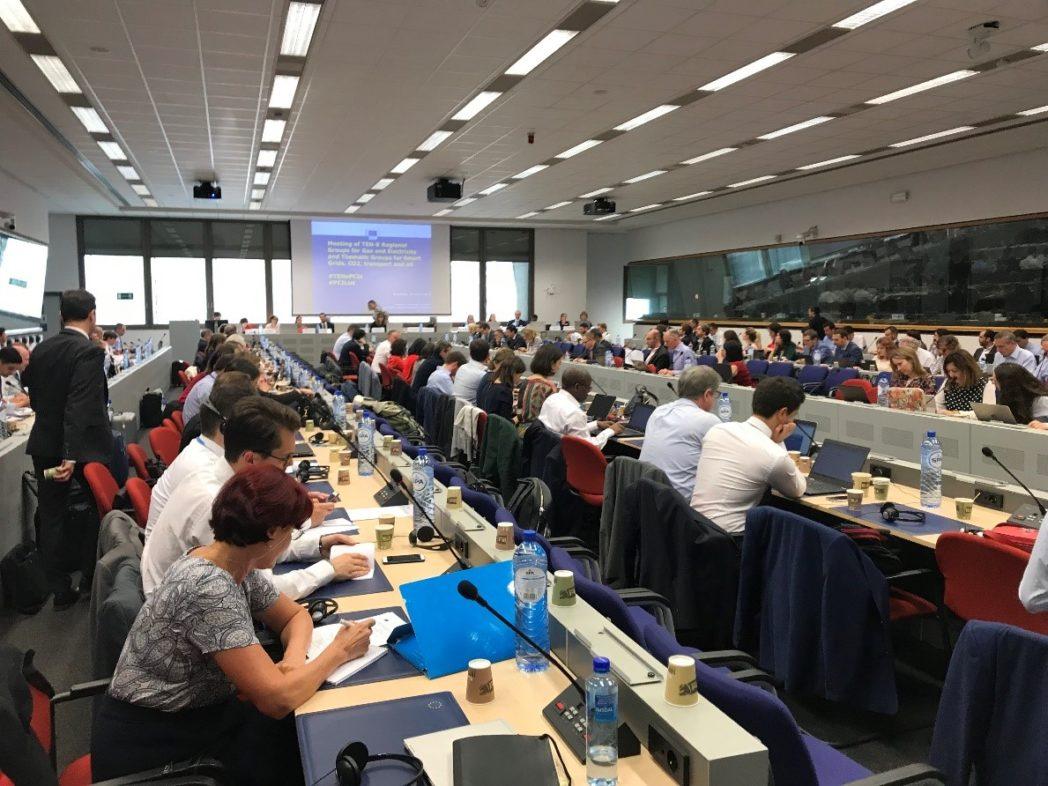 Informasjonsmøte i Brussel - mye folk – forskning et sentralt element. Lønner seg å være glad i folk.
