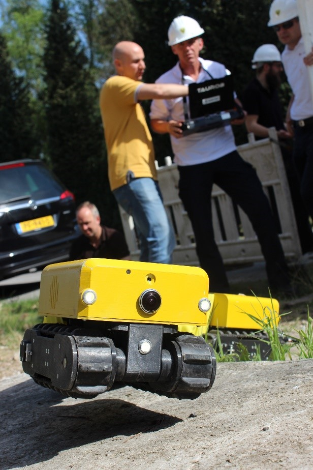 Guiding the INACHUS robot from safe distance thanks to the wireless capabilities
