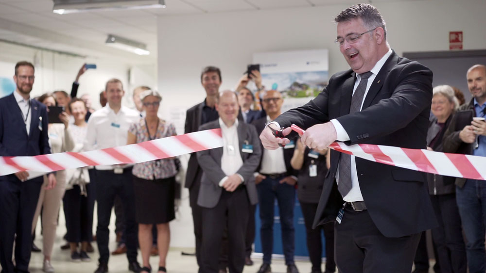 Minister of Petroleum and Energy, Mr. Kjell-Børge Freiberg cutting the ribbon