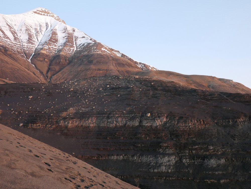 The field area: Deep marine mudstones of the Agardhfjellet Formation outcropping on the lower slope of Janusfjellet, central Spitsbergen. caprock integrity