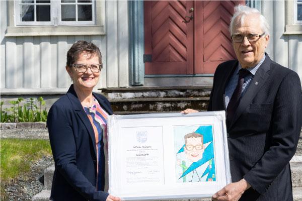 Gerd Kjølle, Sjefforsker i SINTEF Energi, får NTVAs ærespris tildelt av Torbjør Digernes, President i NTVA