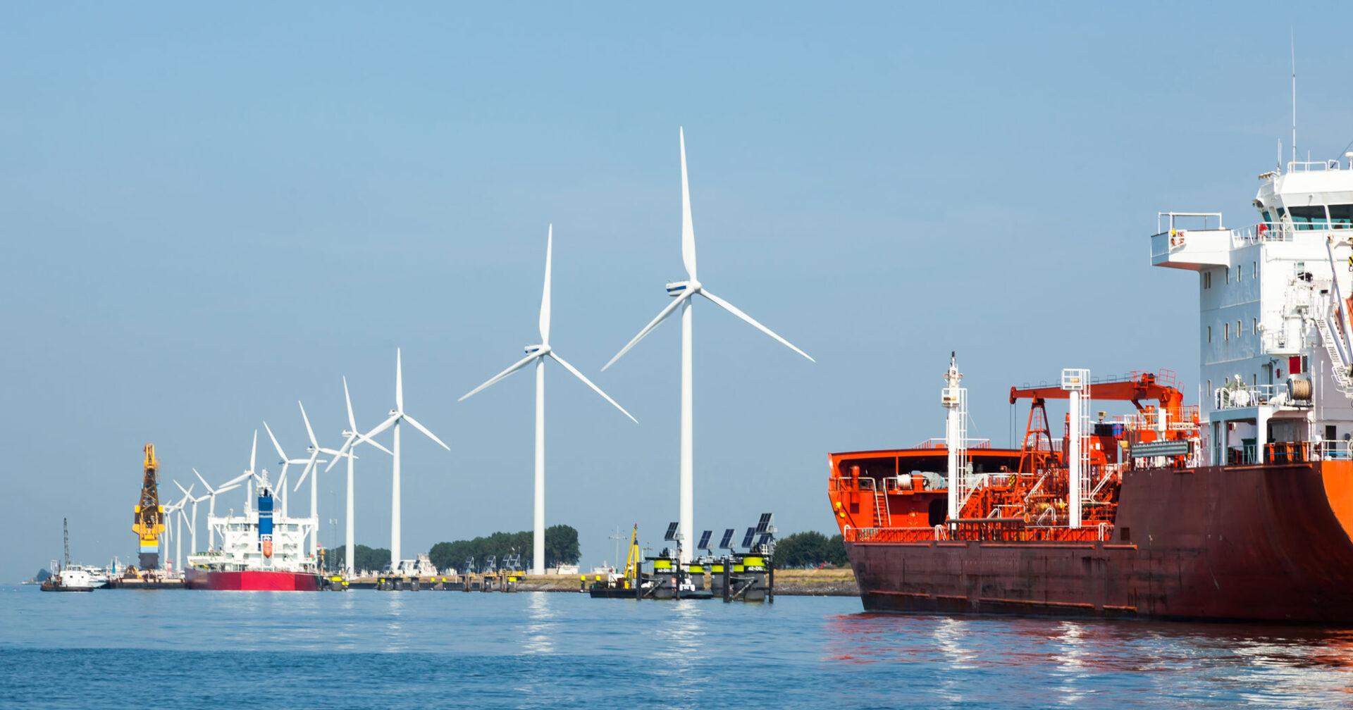 Havn med vindturbiner og solpaneler