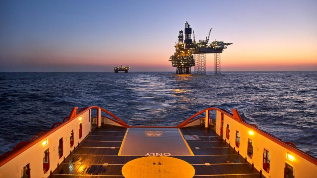 Oljeplattform og forsyningsskip