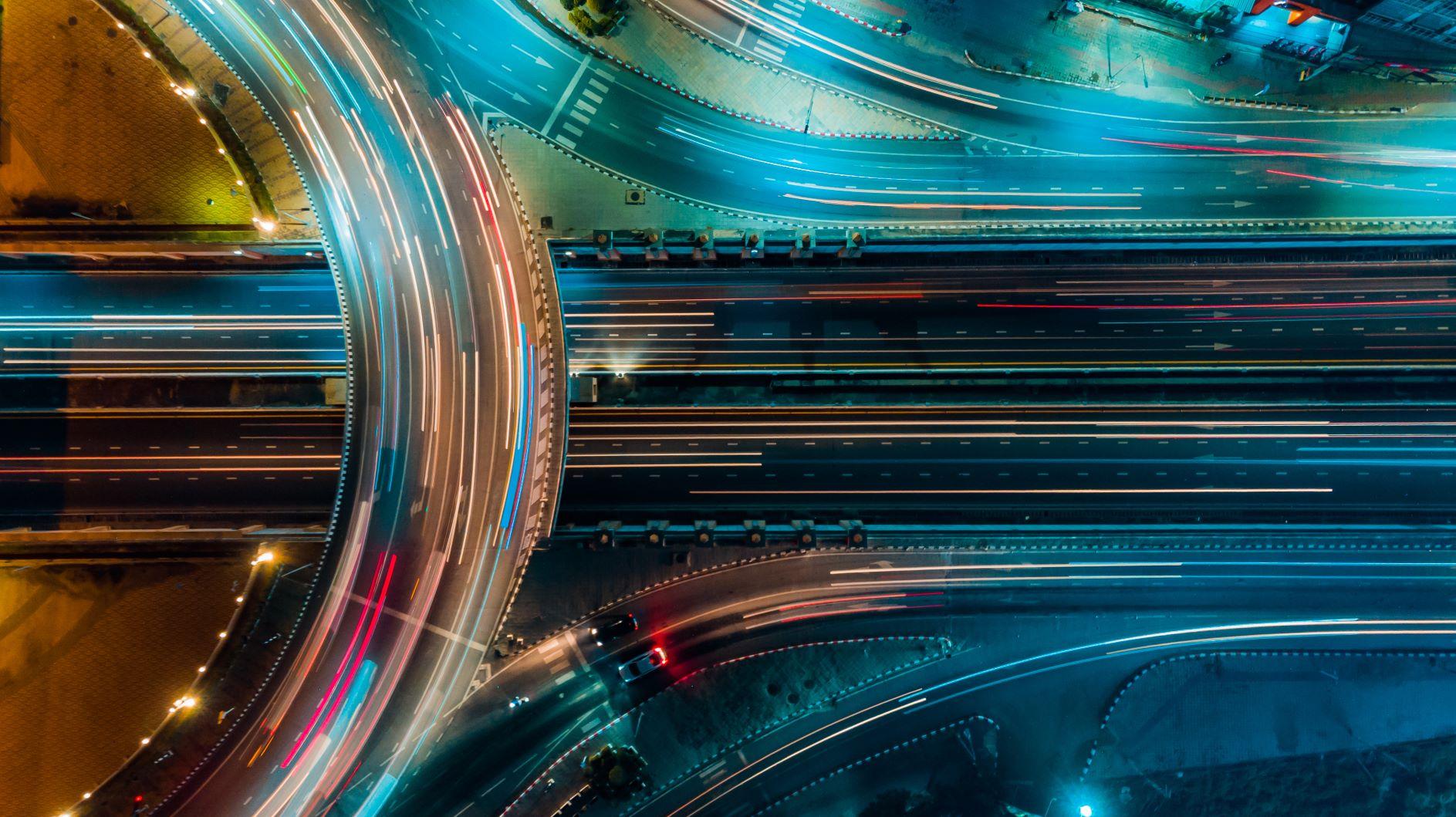 Illustrasjon av en vei med biler (Foto: Shutterstock)