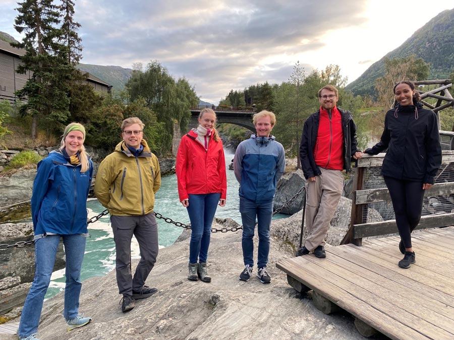 Bilde av alle traineene i Lom. Fra venstre: Maren, Kyrre, Hege, Eirik, Kristian og Yasmin